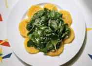 Plato de espinacas con naranaja