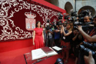 Isabel Díaz Ayuso, posa ante los medios durante su toma de posesión como presidenta de Madrid.