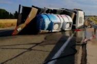 Camión cisterna volcado en el kilómetro 37 de la R-2