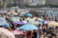 Playa del Postiguet de Alicante, repleta de bañistas.