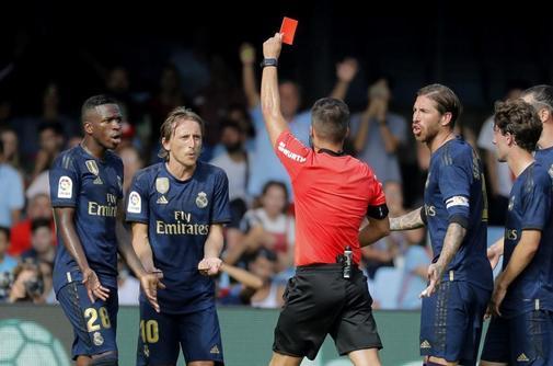 GRAF7358. VIGO.- El árbitro central Javier Estrada (c) muestra la...