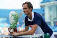 Medvedev, con el trofeo de ganador en Cincinnati