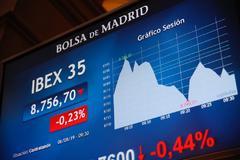 Una pantalla muestra la caída del índice bursátil español Ibex 35 en la Bolsa de Madrid.