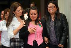 Evelyn Hernández en compañía de sus abogadas tras conocer que ha sido absuelta.
