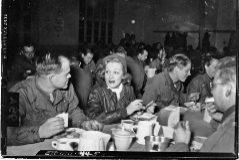 La cantante alemana Marlene Dietrich, con las tropas de EEUU.