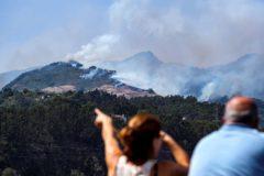 Dos personas observan el incendio en Gran Canaria.