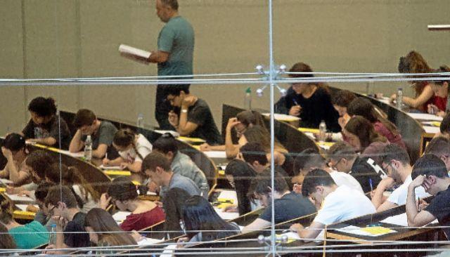 Alumnos durante una prueba escrita de acceso a la universidad.
