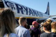 Viajeros a  punto de entrar en un avión de Ryanair.