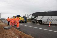 GRAF8484. <HIT>AMPOSTA</HIT> (TARRAGONA).- Una persona ha muerto y nueve han resultado heridas este martes en un choque frontal entre un coche y un autocar en la autopista AP-7, a su paso por <HIT>Amposta</HIT> (Tarragona). El accidente se ha producido sobre las 4:25 horas en el punto kilométrico 328 de la AP-7, donde por causas que se están investigando se ha producido una colisión frontal entre un turismo y un autocar.