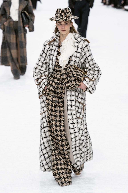 Los abrigos extralargos son tendencia esta temporada - Chanel otoño/invierno 2019-2020