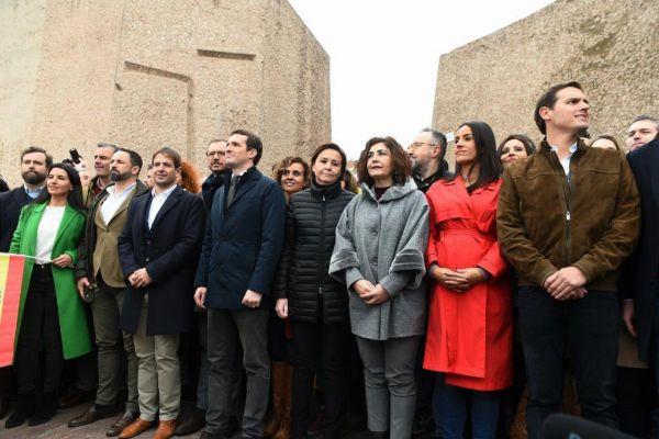 El presidente de VOX, Santiago Abascal (2i), el líder del PP, Pablo...