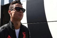Cristiano Ronaldo llega a un partido este verano.