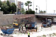 Trabajos de retirada de la pasarela antigua en el barranco de Orgegia.
