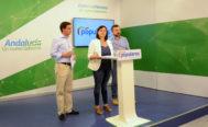 Virginia Pérez comparece en la sede del PP andaluz en Sevilla, junto al secretario y vicesecretario general del partido este martes.