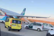 Servicios de emergencia atienden a los pasajeros en Barajas.
