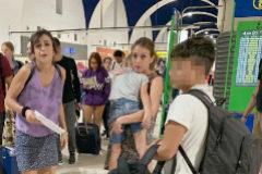 Rivas, con unos papeles en la mano, antes de viajar para entregar a sus hijos al padre. Imagen exclusiva de EL MUNDO  tomada en el aeropuerto de Sevilla. Los niños estaban en España de vacaciones desde el pasado 7 de junio.