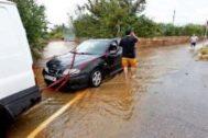 Un coche es remolcado en la localidad castellonense de Benicarló.