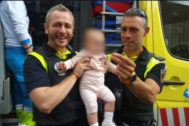 Los policías posan con el bebé al que salvaron la vida en Alcalá.