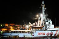 El buque 'Open Arms', anoche frente a la isla italiana de Lampedusa.