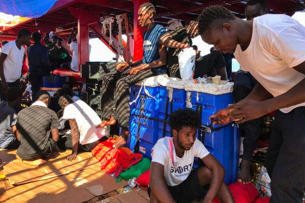 Migrantes rescatados a bordo del 'Ocean Viking'.