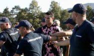 Cristiano, rodeado de aficionados y policías.