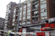 Fachada del edificio desde el que saltó la víctima en Leioa.