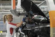 Una operaria en la fábrica de automóviles de Martorell.