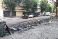Restos de contenedores y coches afectados por las llamas