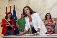 La socialista Concha Andreu firma el acuerdo en presencia de las diputadas de Podemos Raquel Romero e IU Henar Romero.