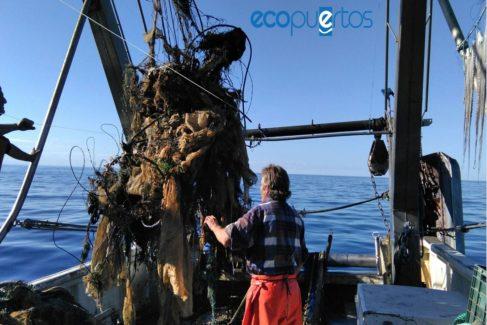 Basura extraída por uno de los arrastreros de Motril que colaboran en la limpieza del Mediterráneo andaluz.