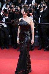 En 2017, la actriz apostó por un vestido de escote asimétrico...