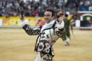 Enrique Ponce, por Roca Rey en la Goyesca de Arles