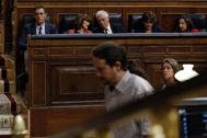 Pedro Sánchez observa a Pablo Iglesias, en el Congreso