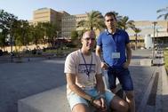 Marcos y Luis, parejas de dos pacientes embarazadas afectadas por listeriosis que permanecen ingresadas en el hospital Virgen del Rocío de Sevilla.