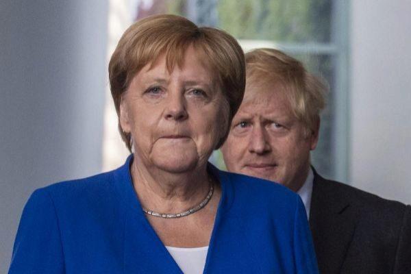 La canciller alemana, Angela Merkel, y el primer ministro británico,...
