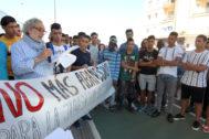 El ex-defensor del Pueblo, José Chamizo, lee el manifiesto presentado por las diferentes asociaciones en defensa de la juventud ex-tutelada.