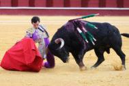 Derechazo de rodillas de Miguel Ángel Aguilar al tercer novillo de Gabriel Rojas, este miércoles en La Malagueta.