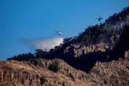 GRAF9140. LAS PALMAS DE <HIT>GRAN</HIT> <HIT>CANARIA</HIT>.- Varios medios aéreos descargan agua sobre el Parque Natural de Tamadaba, en el municipio de Agate, donde el incendio forestal activo desde el sábado pasado, que afecta a unas 10.000 hectáreas, quedará estabilizado previsiblemente en esta jornada, después de que en las últimas horas los trabajos de extinción y la meteorología hayan permitido avanzar en su control.  Ángel Medina G