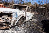 Un coche calcinado por el devastador incendio en Galdar.