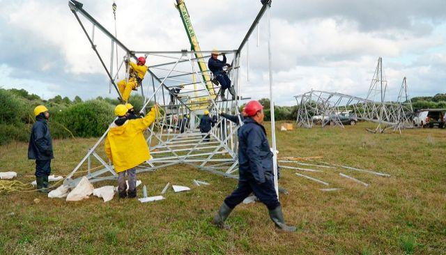 Varios operarios trabajando en una de las torres abatidas por el 'cap de fibló' en octubre del año pasado, que causó una crisis energética en Menorca.