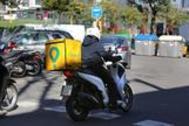 Un repartidor de comida a domicilio por las calles de Barcelona.
