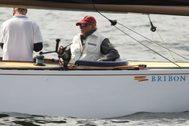 Don Juan Carlos, a bordo del 'Bribón', durante su participación en la reciente Copa del Mundo de Vela en Finlandia.