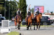 Tres gendarmes patrullan a caballo en los alrededores de la localidad francesa de Biarritz.