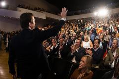 Pablo casado saluda al público, ante la mirada del alcalde de Benidorm, Toni Pérez, en un mitin en Alicante.