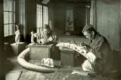 'Los talladores de marfil', imagen tomada por Herbert Ponting en 1910 en Japón.
