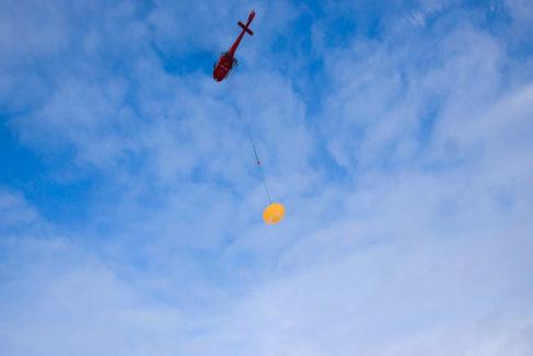 Uno de los test del paracaídas se hace con un helicóptero