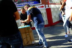 Un turista participa en uno de los tinglados montados por una banda de trileros en una calle de Benidorm.