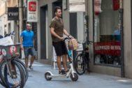 Un usuario se desplaa en patinete eléctrico por Valencia