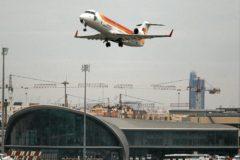 Un avión despega del aeropuerto de Manises.