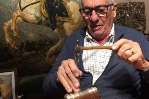 Pallarols, con el nuevo bastón que prepara. El aspirante Fernández se ha interesado por él. El último no llegó a Manos de Macri: temía que CFK le hubiera echado una maldición.